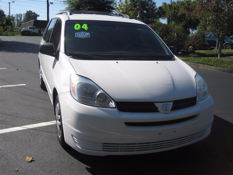2004 TOYOTA SIENNA LE with Rear Entertainment